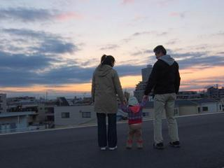 Toru Goto Relaxing Time with His Family on the Arakawa River Bank.jpg